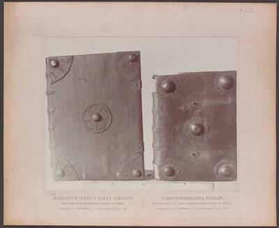 Fotografie eines Bucheinbandes in weißem Leder mit Eisenbeschlägen, aus Böhmen aus dem 14. Jh. (vom Bearbeiter vergebener Titel)
