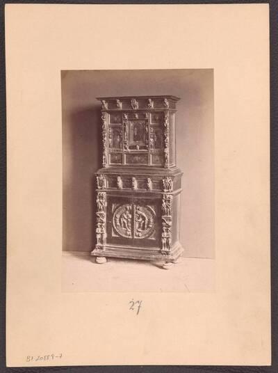 Fotografie eines geschnitzten Kabinettschranks im Stil der italienischen Renaissance (vom Bearbeiter vergebener Titel)