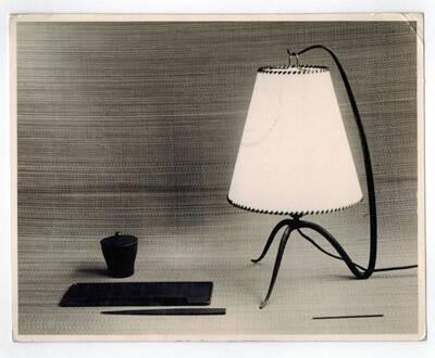 Tischlampe, Schreibgarnitur: Tintenfass, Federablage, Brieföffner (vom Bearbeiter vergebener Titel)