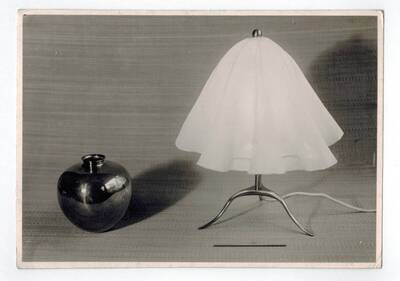 Tischlampe,Vase (vom Bearbeiter vergebener Titel)