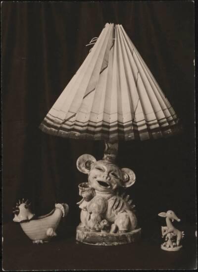 Fotografie einer Lampe und zweier Figuren aus Porzellan von Walter Bosse auf der