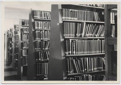 Fotografie eines Details aus der Bibliothek des Technischen Nationalmuseums in Prag (vom Bearbeiter vergebener Titel)