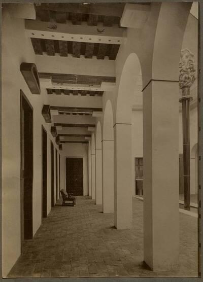 Arkadengang im Brunnenhof der Werkbundausstellung 1914 in Köln (vom Bearbeiter vergebener Titel)