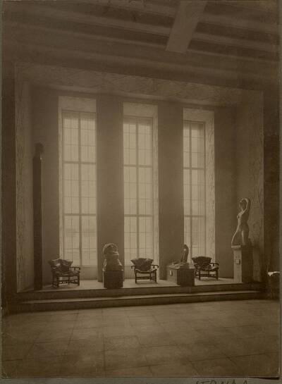 Fensterseite des Repräsentationsraums auf der Werkbundausstellung 1914 in Köln (vom Bearbeiter vergebener Titel)