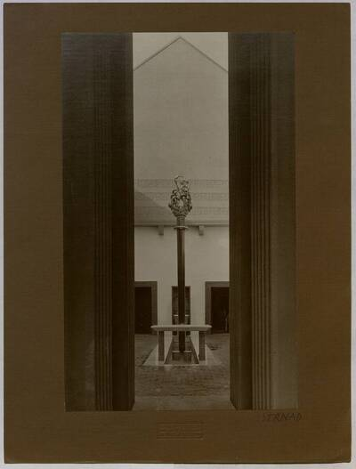 Einblick in den Brunnenhof der Werkbundausstellung 1914 in Köln (vom Bearbeiter vergebener Titel)