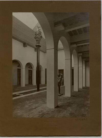 Blick in den Brunnenhof der Werkbundausstellung 1914 in Köln (vom Bearbeiter vergebener Titel)