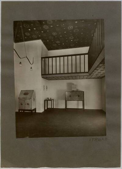 Ausstellungsraum (Raum II) auf der Winterausstellung Österreichisches Kunstgewerbe 1911/12 im Österreichischen Museum für Kunst und Industrie Wien (vom Bearbeiter vergebener Titel)