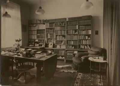 Fotografie des Arbeitszimmer einer Wohnung, XIX Wien (vom Bearbeiter vergebener Titel)