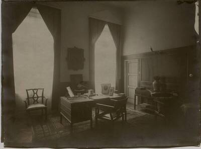 Fotografie des Arbeitszimmerns in der Wohnung Hellmann, Wien I., Rathausstraße 17 (vom Bearbeiter vergebener Titel)