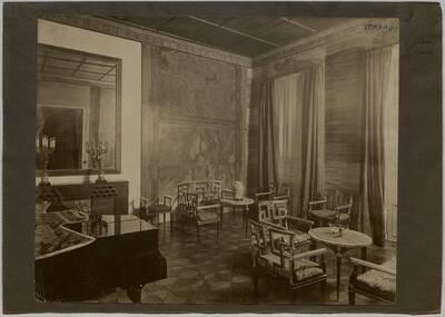 Fotografie des Musikzimmers in der Wohnung Hellmann, Wien I., Rathausstraße 17 (vom Bearbeiter vergebener Titel)