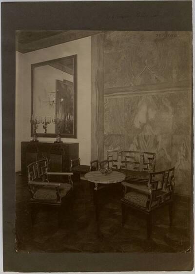 Fotografie einer Sitzgruppe im Musikzimmer der Wohnung Hellmann, Wien I., Rathausstraße 17 (vom Bearbeiter vergebener Titel)