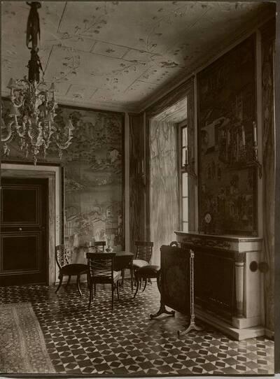 Fotografie eines Salons mit asiatisch anmutender Tapete im Stadthaus Kranz, Wien IX., Lichtensteinstraße 53-55 (vom Bearbeiter vergebener Titel)