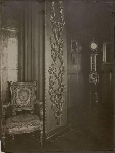 Fotografie einer plastisch modelierten Wanddekoration in einem der Zimmer des Stadthaus Kranz, Wien IX., Lichtensteinstraße 53-55 (vom Bearbeiter vergebener Titel)