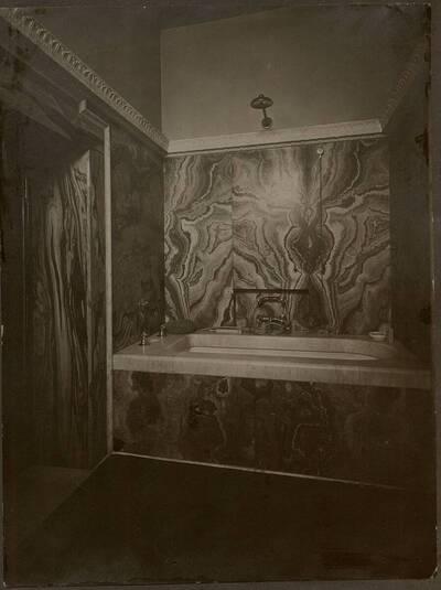 Fotografie des marmorverkleideten Badezimmers im Stadthaus Kranz, Wien IX., Lichtensteinstraße 53-55 (vom Bearbeiter vergebener Titel)
