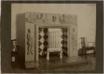 Fotografie des Kamins im Speisezimmer der Wohnung Hirsch, I. Wien, Reichsratsstraße 1 (vom Bearbeiter vergebener Titel)