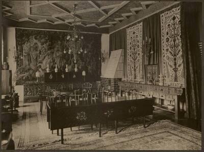 Fotografie des textilbespannten und mit Gobelins dekorierten Salons in der Wohnung Hirsch, I. Wien, Reichsratsstraße 1 (vom Bearbeiter vergebener Titel)
