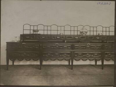 Fotografie des Buffets in der Wohnung Hirsch, I. Wien, Reichsratsstraße 1 (vom Bearbeiter vergebener Titel)