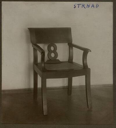 Fotografie eines Holzstuhls aus der Wohnung Hirsch, I. Wien, Reichsratsstraße 1 (vom Bearbeiter vergebener Titel)