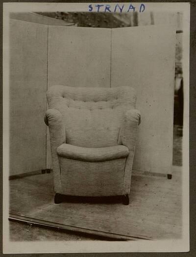 Fotografie eines gepolsterten Lehnstuhls aus der Wohnung Hirsch, I. Wien, Reichsratsstraße 1 (vom Bearbeiter vergebener Titel)