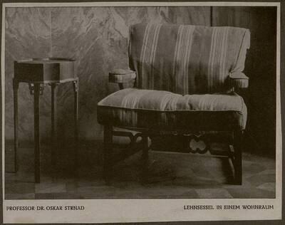 Abbildung eines gepolsterten Lehnsessels mit Beistelltisch aus der Wohnung Hirsch, I. Wien, Reichsratsstraße 1 (vom Bearbeiter vergebener Titel)