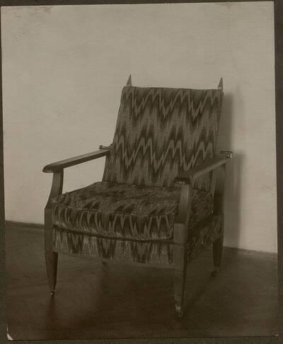 Fotografie eines Lehnsessels aus der Wohnung Hirsch, I. Wien, Reichsratsstraße 1 (vom Bearbeiter vergebener Titel)
