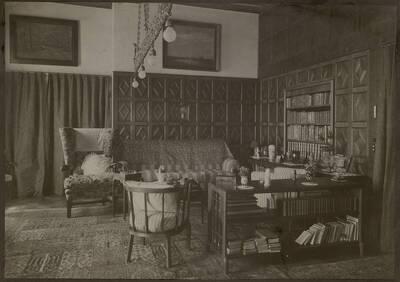Fotografie eines Salons mit hölzerner Wandvertäfelung in der Wohnung Hirsch, I. Wien, Reichsratsstraße 1 (vom Bearbeiter vergebener Titel)
