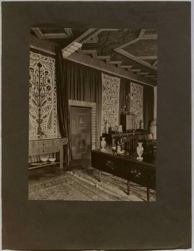 Fotografie eines eines textilbespannten und mit Gobelins dekorierten Salons in der Wohnung Hirsch, I. Wien, Reichsratsstraße 1 (vom Bearbeiter vergebener Titel)