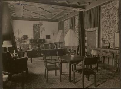 Fotografie eines textilbespannten und mit Gobelins dekorierten Salons in der Wohnung Hirsch, I. Wien, Reichsratsstraße 1 (vom Bearbeiter vergebener Titel)
