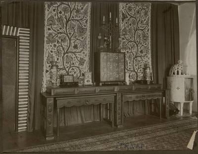 Fotografie einer Kommode in der Wohnung Hirsch, I. Wien, Reichsratsstraße 1 (vom Bearbeiter vergebener Titel)