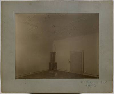 Fotografie eines im Umbau begriffenen Zimmers mit Stuckdecke in der Villa Kranz in Raach bei Gloggnitz (vom Bearbeiter vergebener Titel)