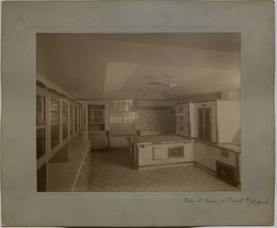 Fotografie der im Umbau begriffenen Küche in der Villa Kranz in Raach bei Gloggnitz (vom Bearbeiter vergebener Titel)