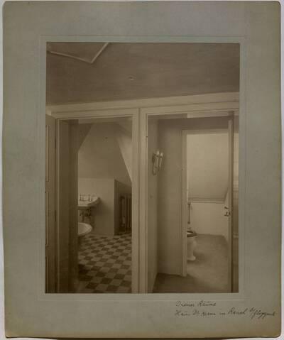 Fotografie eines Waschzimmers für die Dienerschaft in der Villa Kranz in Raach bei Gloggnitz (vom Bearbeiter vergebener Titel)