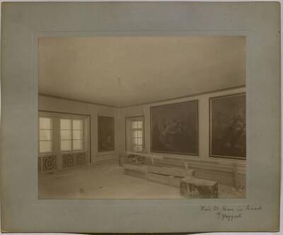 Fotografie eines im Umbau begriffenen Salons mit mehreren großformatigen Gemälden im Obergeschoß der Villa Kranz in Raach bei Gloggnitz (vom Bearbeiter vergebener Titel)