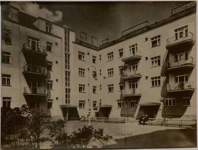 Innenhof der Wohnhausanlage der Gemeinde Wien, Ecke Holochergasse 40/Löschenkohlgasse 30-32, 1150 Wien (vom Bearbeiter vergebener Titel)