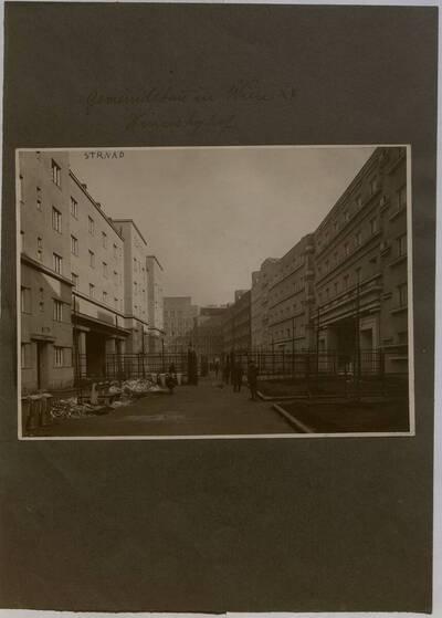 Fotografie des von Oskar Strand gestelteten Eingang zum Winarskyhof (vom Bearbeiter vergebener Titel)