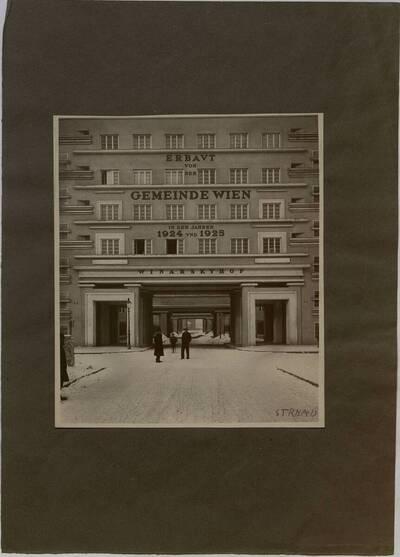 Fotografie mit Blick in den Innenhof des Winarskyhofs (vom Bearbeiter vergebener Titel)