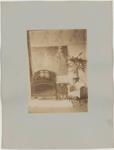 Fotografie der Einrichtung für ein Schlafzimmer, mit Bett, Nachtkästchen und gepolstertem Armlehnsessel aus der Werkstatt M. Niedermoser & Sohn (vom Bearbeiter vergebener Titel)