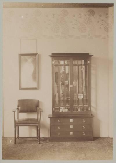Fotografie eines Vitrinenschranks und eines Armlehnsessels aus der Werkstatt M. Niedermoser & Sohn (vom Bearbeiter vergebener Titel)