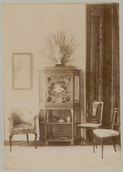 Fotografie eines Zierschranks mit zwei Sesselsn und eines gepolsterten Armlehnsessels aus der Werkstatt M. Niedermoser & Sohn (vom Bearbeiter vergebener Titel)