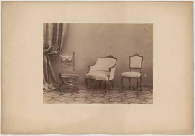 Fotografie von zwei Sesseln und einem gepolsterten Armlehnsessel (vom Bearbeiter vergebener Titel)