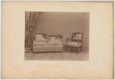 Photograph of a living room suite comprising an upholstered bench with tall corner rests facing one another and an armchair (vom Bearbeiter vergebener Titel)