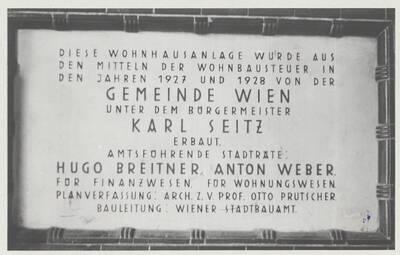 Detailansicht der Tafel am Wohnhaus der Gemeinde Wien