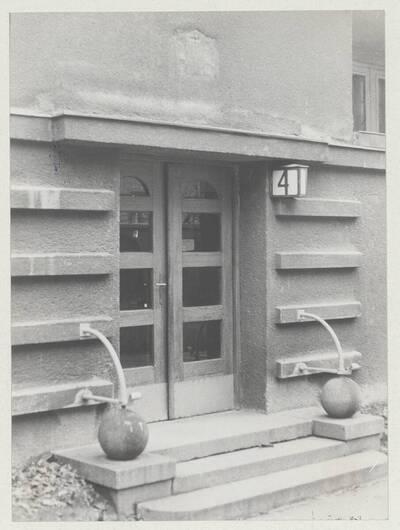 Detailansicht des Hauseingangs zum Wohnhaus der Gemeinde Wien