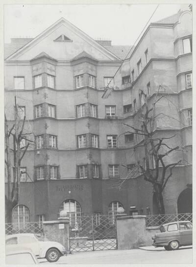 Detailansicht des Eingangs zum Kindergarten im Wohnhaus der Gemeinde Wien
