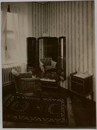Fotografie eines Toilettespiegels und eines Toilettekästchens mit Lehnstuhl (vom Bearbeiter vergebener Titel)