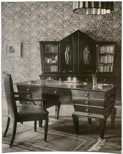 Fotografie eines Herrenzimmers mit Schreibtisch und Bücherschrank (vom Bearbeiter vergebener Titel)