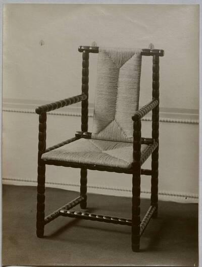 Fotografie eines Lehnstuhls von Josef Zotti auf der Kunstgewerbeausstellung 1911/12 (vom Bearbeiter vergebener Titel)
