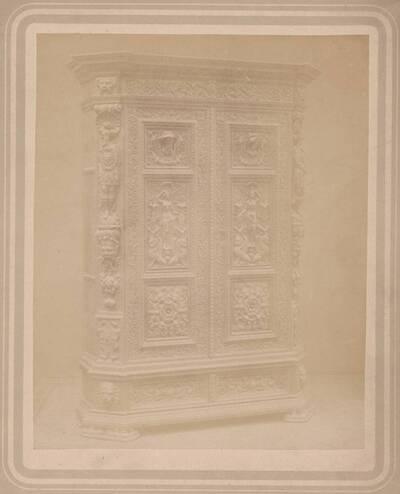 Fotografie eines Schrankes des 17. Jahrhunderts aus dem Besitz der Firma Portois & Fix, Wien (vom Bearbeiter vergebener Titel)