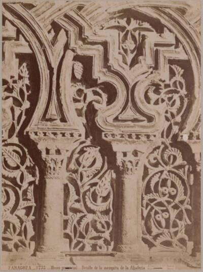 Fotografie eines ornamentalen Details der Aljafería in Saragossa (vom Bearbeiter vergebener Titel)