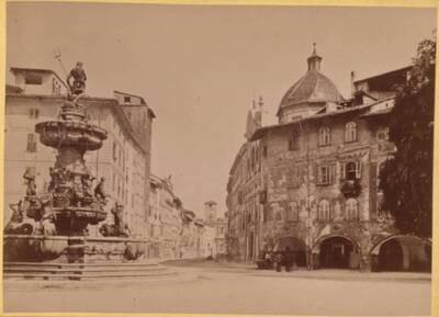 Ansicht des Domplatzes mit Neptunbrunnen in Trient, in Südtirol (vom Bearbeiter vergebener Titel)